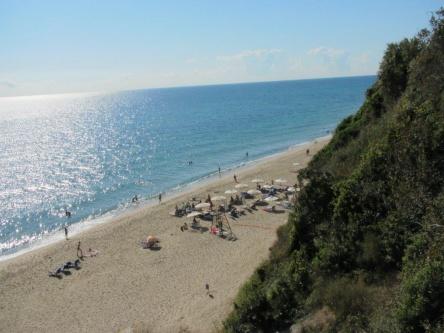Продажба на ваканционен апартамент на първа морска линия