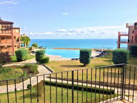Апартамент с директна морска гледка в комплекс Калиакриа