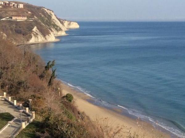 Тристаен апартамент пред плаж с морска гледка