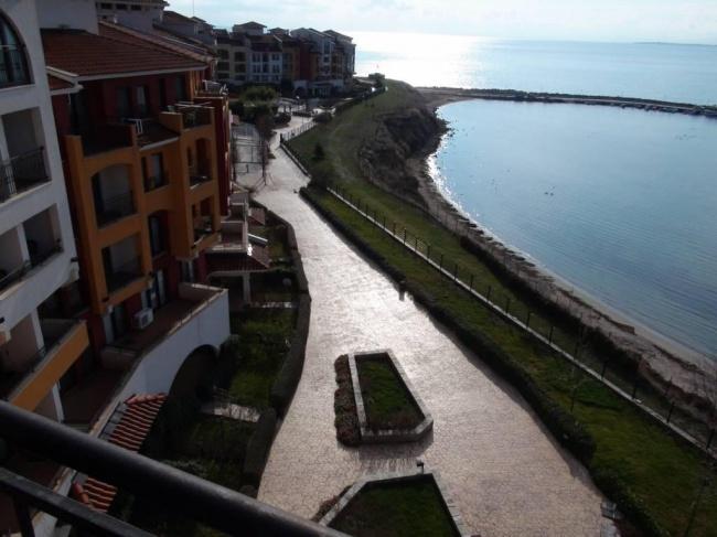 Многостаен апартамент на първа линия море