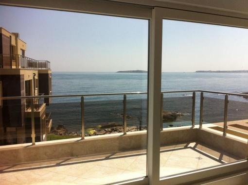 Панорамен тристаен апартамент на първа линия море